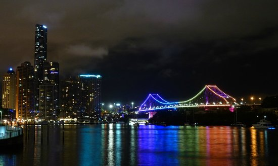 Manor Apartment Hotel: The Story Bridge by night