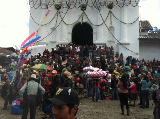 Los Elementos Adventure Center: A Mayan religious ritual at the market in Chichicastenango - on tour with Lee Beal