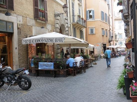Navona Gallery & Garden Suites: bars and restaurants outside the Suites
