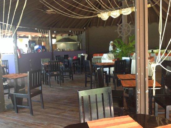 Henry Morgan Resort: Beach bar dining area
