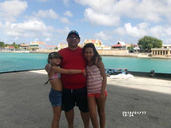Lac Bay : En Kralendijk, con mis hijas. Playa super