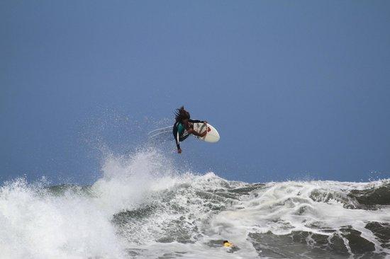 Nosara Tico Surf School : Coach Luigi Montiel soaring through the air