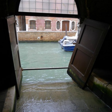 Locanda Ca' del Console: Inside the building. walking past a Canal Access door heads to stairs to the main Parlor