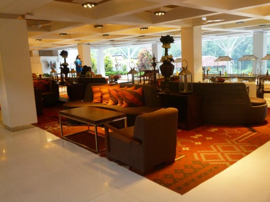 Cinnamon Citadel Kandy: Lounge area near foyer and bar