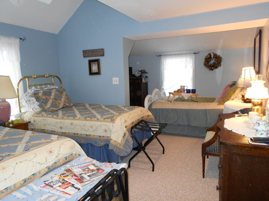 Lake Valley Legends Bed and Breakfast: Blue Room w/ new carpet