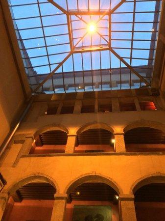 Cour des Loges : ciel au dessus de la salle a manger