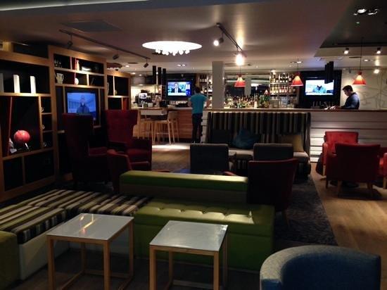 Holiday Inn London - Brentford Lock: the bar area
