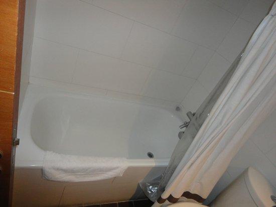 Austral Suites: Banheira sempre limpa
