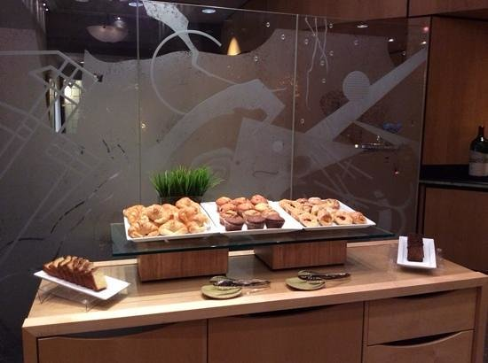 DoubleTree by Hilton Hotel Toronto Downtown : continental breakfast whoch also include yogurt and fresh fruit