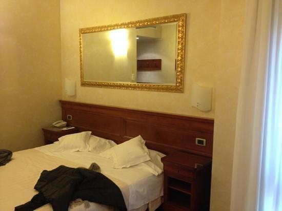Giulietta e Romeo Hotel: camera standard molto spaziosa.