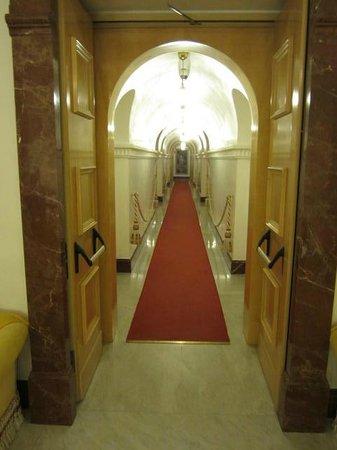 Hotel Albani Firenze: Neat hallways & decor