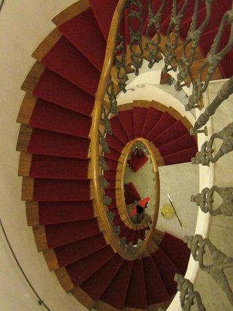 Hotel Albani Firenze: Winding staircases