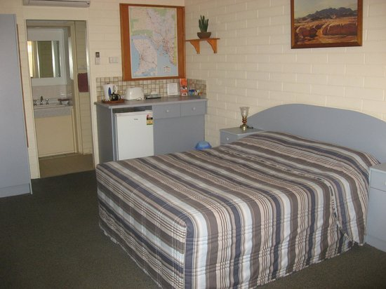 Peterborough Motel: Comfy room