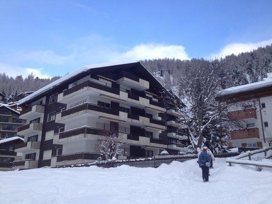 Alouette Apparthotel: View of Alouette Aparthotel in winter