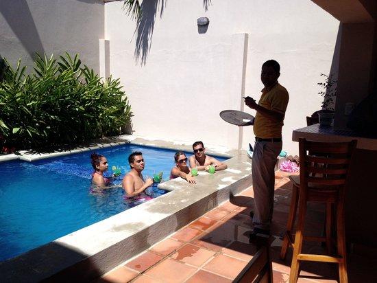 Hotel Praiamar: Caipirinhas by the pool sunny day