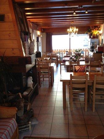 Chalet Hotel Aiguille Blanche: Salle à manger avec cheminée