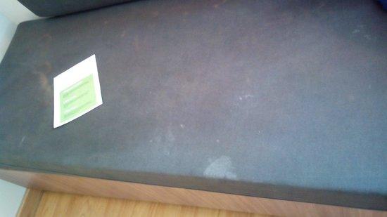 Campanile Malaga : En el sofá se ve algo sospechoso.