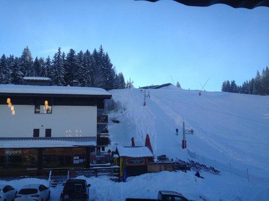 Chalet Hotel Aiguille Blanche: Vue arrière sur les pistes