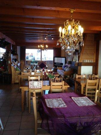 Chalet Hotel Aiguille Blanche: Salle à manger avec coin TV au fond
