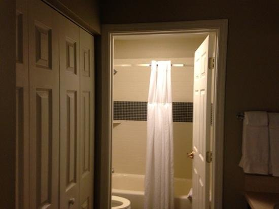 Staybridge Suites Alpharetta North Point: Bathroom, cupboards to the left and basin/ vanity to the right
