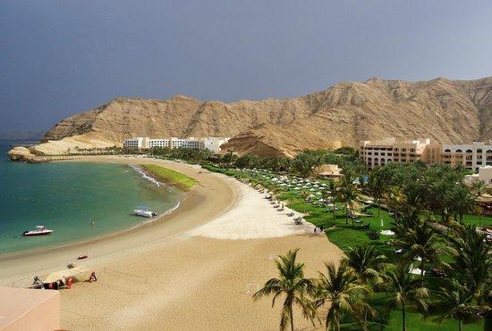 Shangri-La Al Husn Resort & Spa: Der Strand vom Balkon aus gesehen