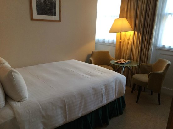 Hilton London Euston: Double bed against the wall