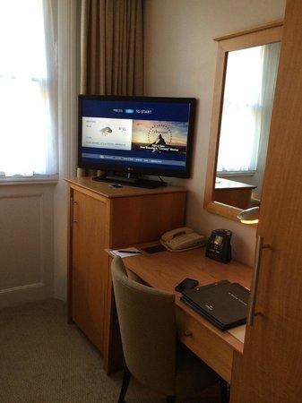 Hilton London Euston: Small double room