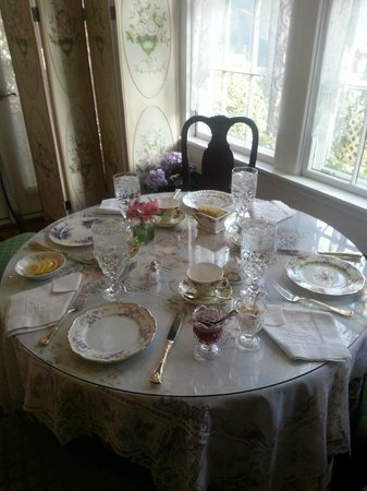 The Potted Geranium Tea Parlor & Gifts: The Potted Geranium - Smaller Table