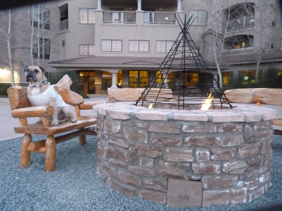 MCM Elegante Lodge & Suites: Sunset by the Firepit