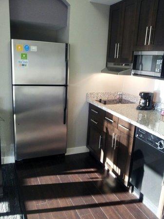 HYATT house Charlotte Center City : Kitchenette w/full size fridge & large glass pitcher chilling inside Rm 802