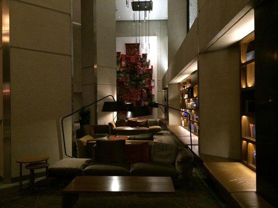 Grand Hyatt San Francisco: 1回フロント横。シックな雰囲気はgood