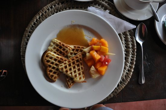 Fumba Beach Lodge: waffles with tropical fruit