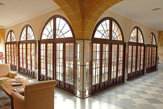 Hotel Palacio Marques de la Gomera: Pasillos y cristaleras del patio principal