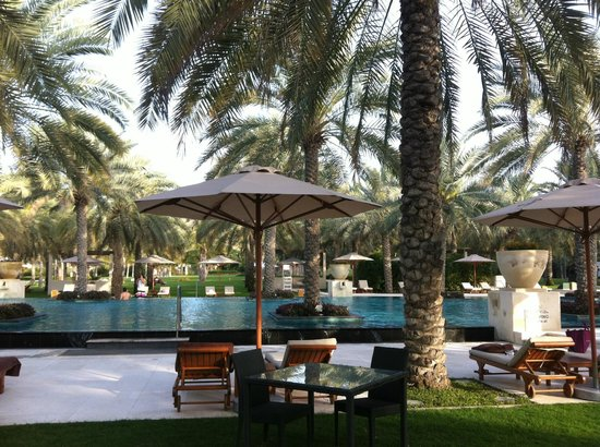 Al Bustan Palace, A Ritz-Carlton Hotel: Am Pool