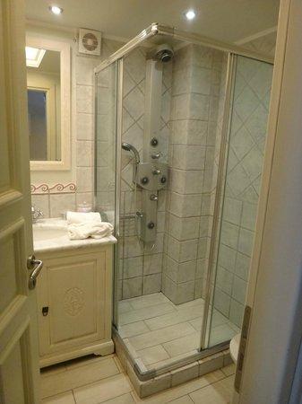 Angelica Hotel: Bathroom.
