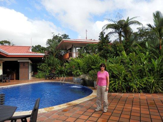 Volcano Lodge & Springs: Zona de la piscina y comedor