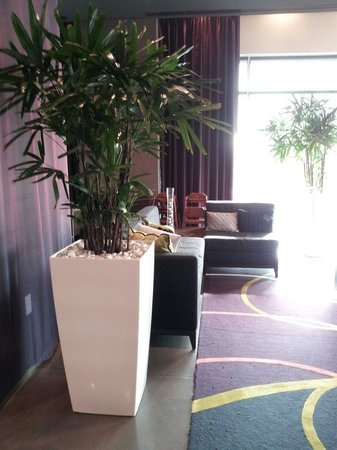 HYATT house Charlotte Center City: Lobby very inviting area to relax before going out for entertainment at EpicCenter