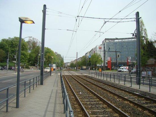 Ibis Berlin Mitte: Vista do hotel desde o ponto de trem