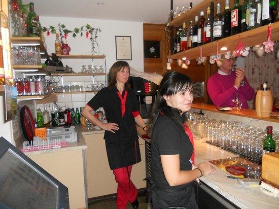 Au Caveau Chez Francine : La patronne au bar
