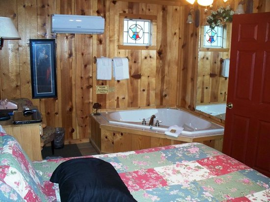 Pinewood Cabins: bedroom with jacuzzi