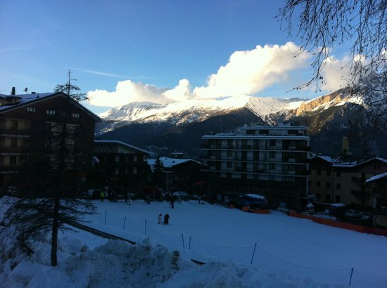 Hotel Hermitage : View from our balcony across the very bottom of the piste towards the town
