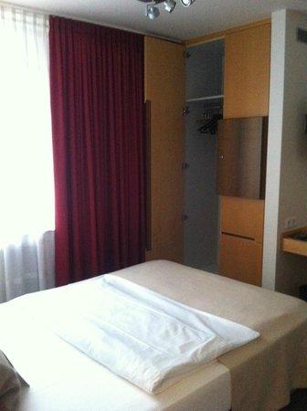 Hotel Maximilians: Шкаф