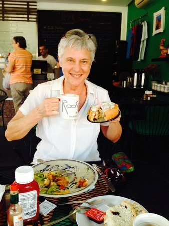 Rooster Cafe : birthday celebration with a delicious cinnamon roll