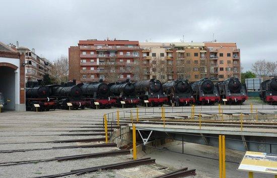 Museu del Ferrocarril : Patio exterior con las máquinas de vapor