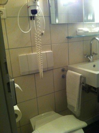 Hotel Maximilians: Ванная комната