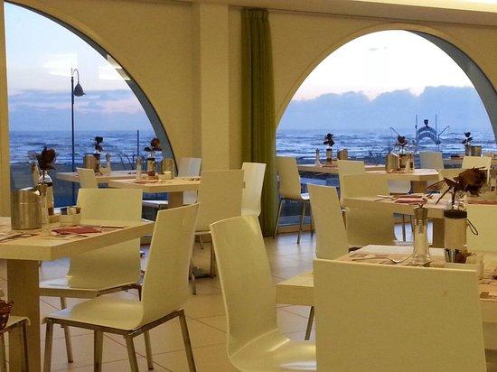 Hotel Touring : La sala da pranzo con vista mare