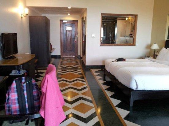 Ramada Udaipur Resort and Spa : Chambre avec séparation vitrée sur la sdb