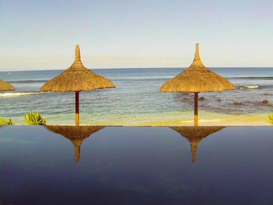 Recif Attitude: Piscine à débordement avec vue sur l'océan...