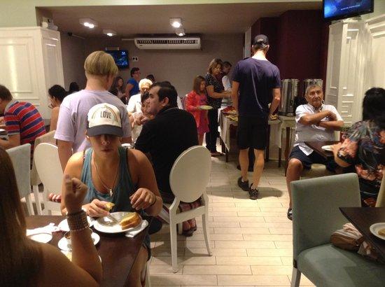 Posadas Hotel: Elbows in at breakfast