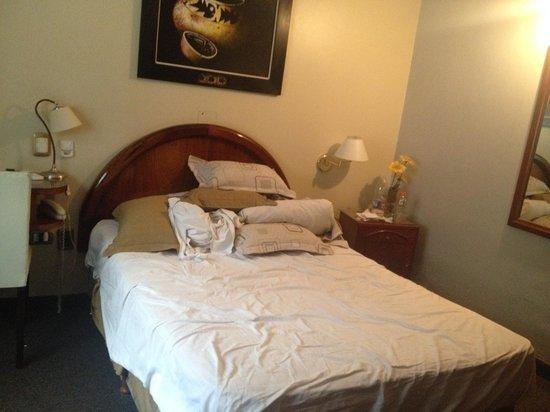 Posadas Hotel: Bedroom and lumpy pillows